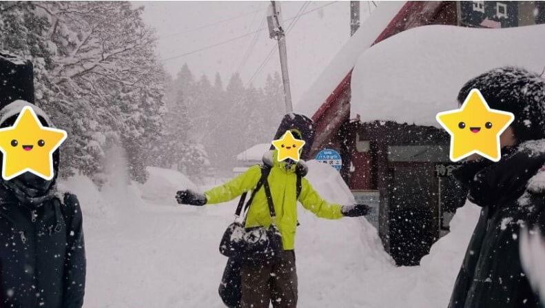 雪が降りしきる待合所
