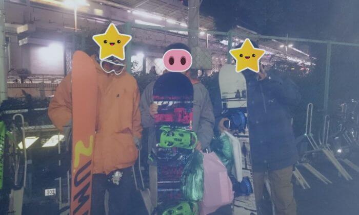 名古屋駅前でスノーボードを片手に写真を撮る三人